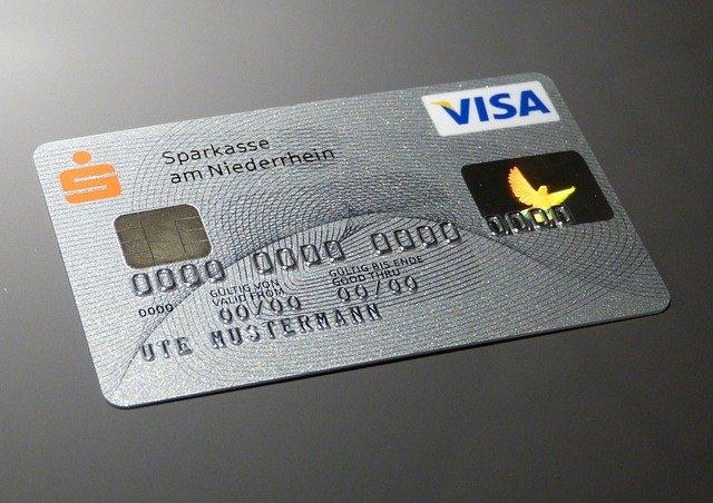 クレジットカードのオモテを見ると有効期限がわかる